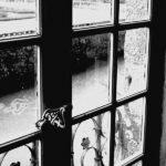 Le fantôme derrière la fenêtre